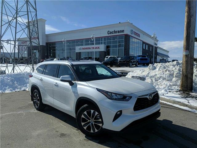2020 Toyota Highlander XLE (Stk: 200298) in Cochrane - Image 1 of 17