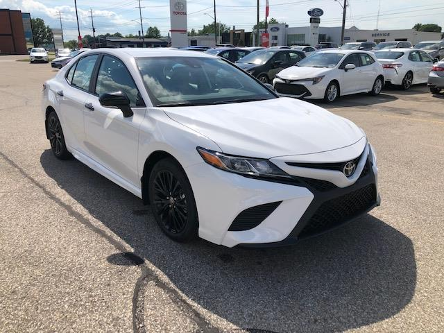 2020 Toyota Camry SE (Stk: 42321) in Chatham - Image 1 of 8