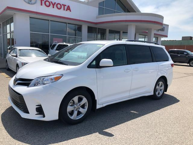 2020 Toyota Sienna LE 8-Passenger (Stk: 42207) in Chatham - Image 1 of 9