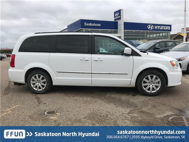 2016 Chrysler Town & Country Touring (Stk: 39259A) in Saskatoon - Image 2 of 16