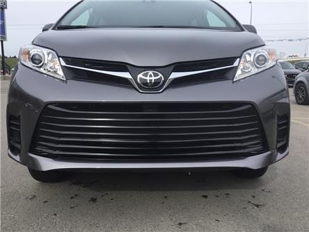 2018 Toyota Sienna LE 7-Passenger (Stk: K7670) in Calgary - Image 2 of 20