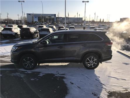 2019 Toyota Highlander XLE (Stk: 190465) in Cochrane - Image 2 of 24