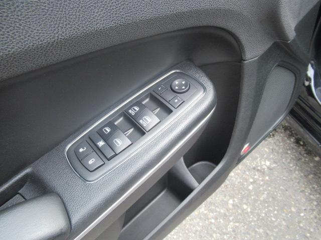 2017 Chrysler 300 S (Stk: EE892240) in Surrey - Image 10 of 26