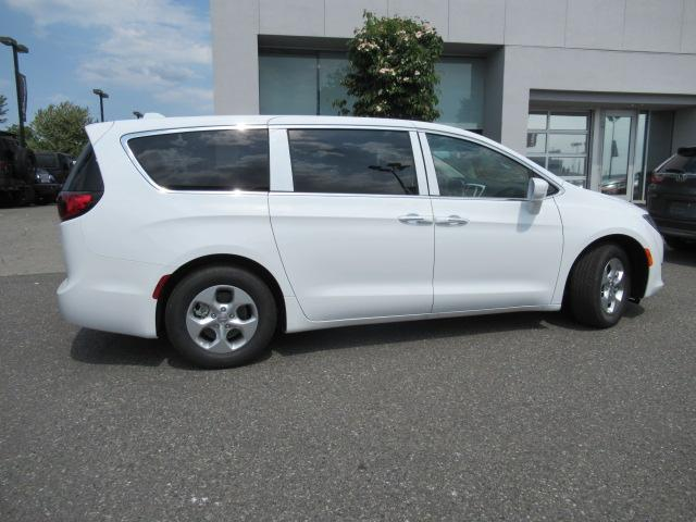2018 Chrysler Pacifica Hybrid Touring Plus (Stk: J175665) in Surrey - Image 8 of 23