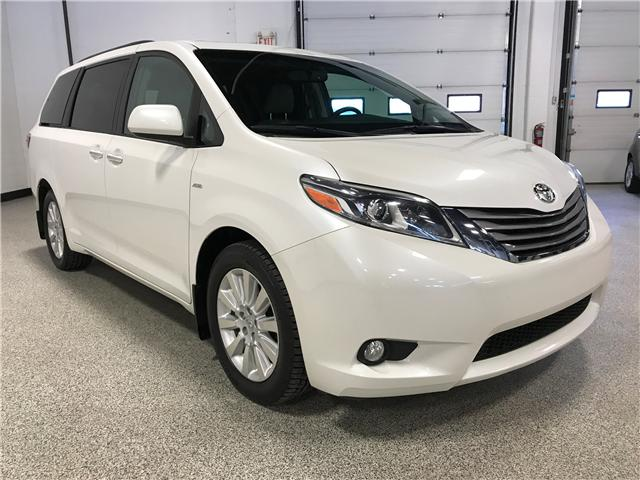 2016 Toyota Sienna XLE 7 Passenger (Stk: P11592) in Calgary - Image 2 of 13