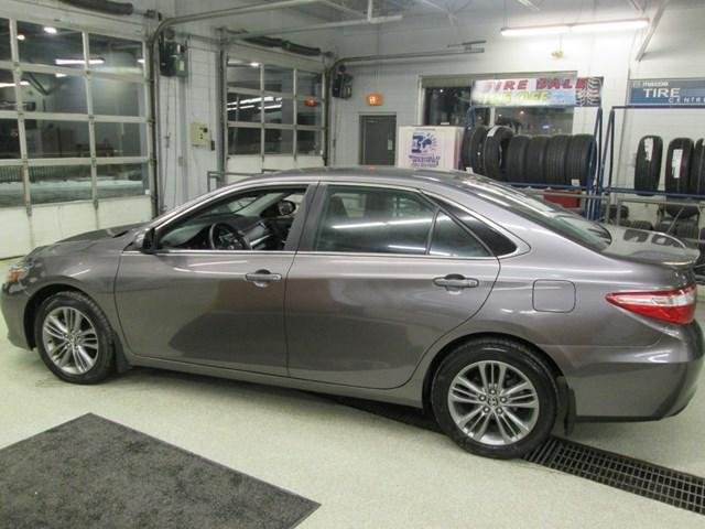 2017 Toyota Camry SE (Stk: M2591) in Gloucester - Image 2 of 19