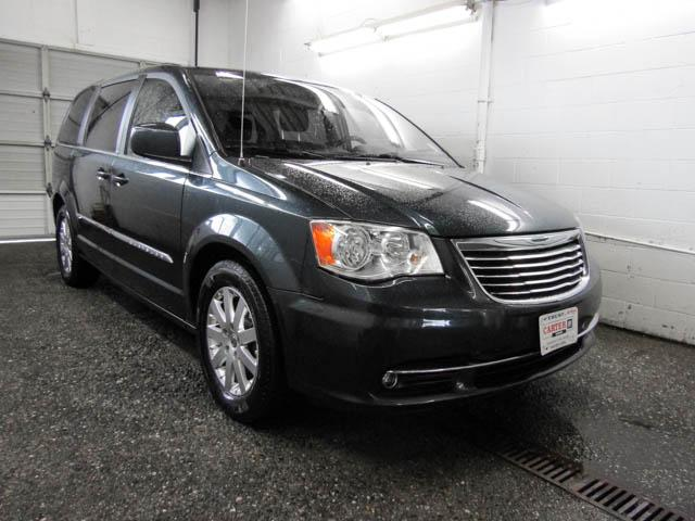 2013 Chrysler Town & Country Touring (Stk: P9-57661) in Burnaby - Image 2 of 24