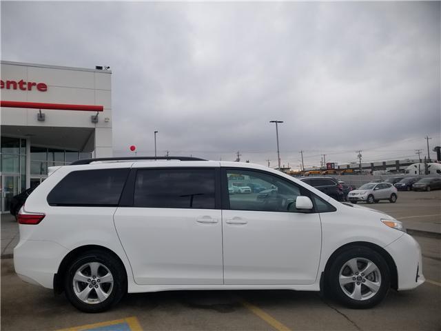2018 Toyota Sienna LE 8-Passenger (Stk: U194124) in Calgary - Image 2 of 28