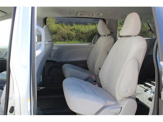 2017 Toyota Sienna 7 Passenger (Stk: S868158) in Courtenay - Image 6 of 27