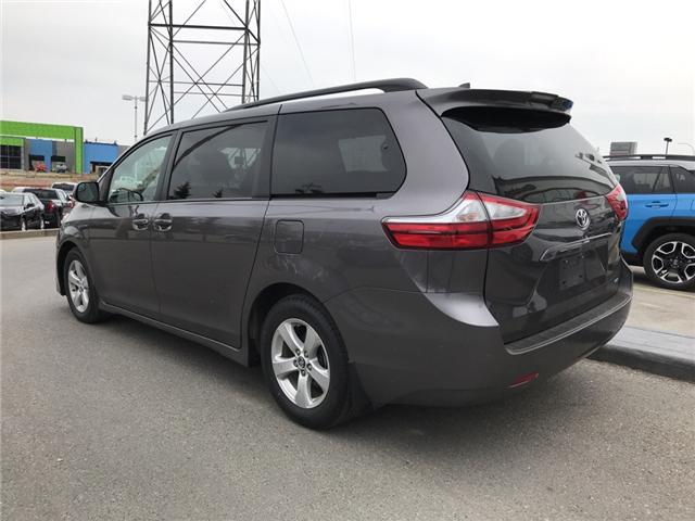 2019 Toyota Sienna LE 8-Passenger (Stk: 2860) in Cochrane - Image 3 of 15