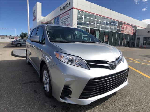2020 Toyota Sienna LE 8-Passenger (Stk: 201018) in Calgary - Image 1 of 15